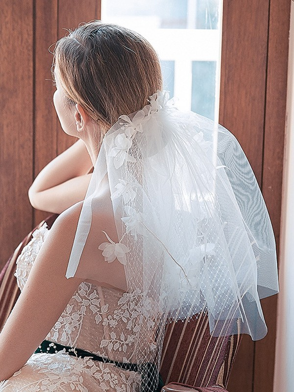 Pretty Tulle Cut Edge Shoulder Veils With Hand-Made Flower